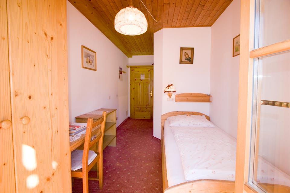 ferienzimmer graun mit einzelbett balkon bad mit dusche wc und f n. Black Bedroom Furniture Sets. Home Design Ideas